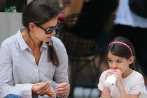 Photo by: Jackson Lee/starmaxinc.com ©2012 ALL RIGHTS RESERVED Telephone/Fax: (212) 995-1196 8/6/12 Katie Holmes and Suri Cruise out and about. (NYC) (Star Max via AP Images)